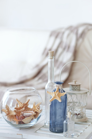 Idea interiérové dekorace s starfishes a skleněných lahvích Reklamní fotografie