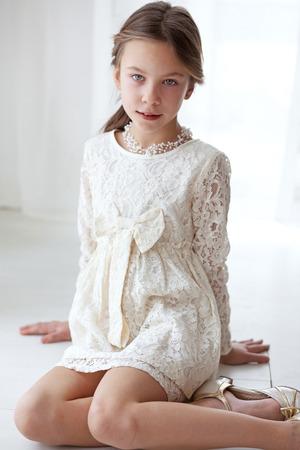 Modelo de manera que 7 años de edad vestido con tonos pastel vestido de encaje marfil