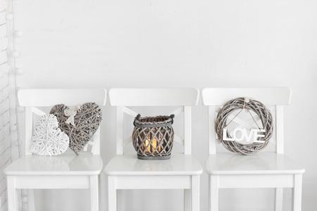 벽 근처 흰색 초라한 세련된 의자에 소박한 장식 스톡 콘텐츠