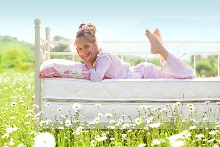 field of flower: 7 anni bambino appoggiato sul letto comodo nel campo di primavera