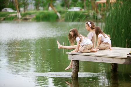 夏の池の近く休んで子供