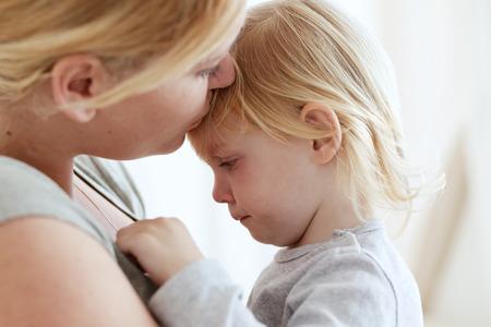 femme triste: Portrait d'une m�re avec ses enfants de 2 ans