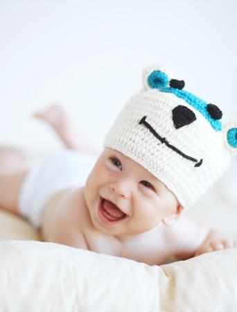 毛布の上に横たわってかわいいの 4 ヶ月の赤ちゃんの肖像画