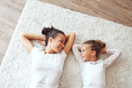 自宅で彼女のプレティーンの娘を持つ母 写真素材