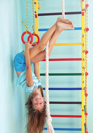 8 jaar oude kind spelen op sportartikelen Stockfoto
