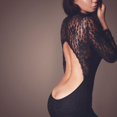 Foto de moda de la hermosa dama vestida con vestido de encaje negro de noche