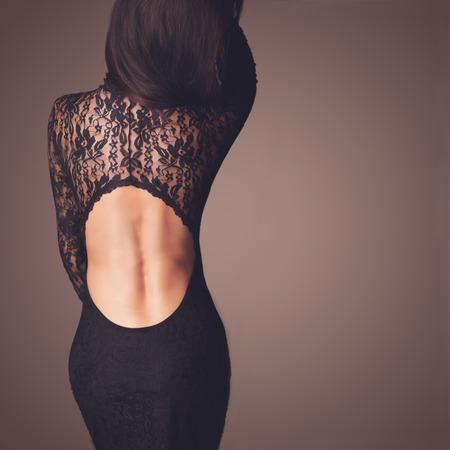 mujeres morenas: Foto de moda de la hermosa dama vestida con vestido de encaje negro de noche