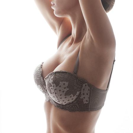 big boobs: Foto del primer de la mujer hermosa de mama aislados en fondo blanco
