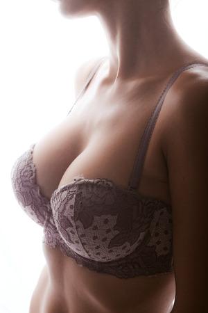 Foto del primer de la mujer hermosa de mama aislados en fondo blanco