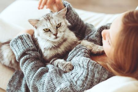 Kind speelt met kat thuis