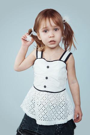 petite fille triste: Portrait de petite fille triste, tourné en studio