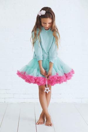 Estudio de retrato de niña linda princesa que llevan falda tutú vacaciones caramelo celebración de la varita mágica Foto de archivo