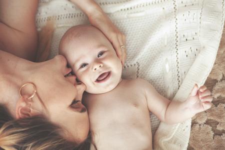 그녀의 3 개월간 맡았던와 어머니의 초상화 아기, 상위 뷰 포인트 스톡 콘텐츠