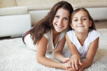 거실에 집에 흰색 카펫에 그녀의 초반 이었죠 딸 재미와 어머니