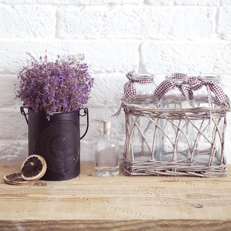 lavanda: Decoraci�n del hogar r�stico, estilo provenzal. Lavanda ramo de flores del campo secas y frascos de especias de cristal en el banco de madera.
