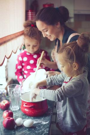 haciendo el amor: Madre con sus 5 a�os de edad los ni�os cocinar pastel de fiesta en la cocina, estilo de vidas foto casual en el interior de la vida real