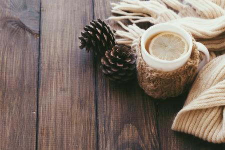 갈색 나무 탁상에 니트 따뜻한 겨울 스카프 입고 레몬와 뜨거운 차, 상위 뷰 포인트의 컵 스톡 콘텐츠