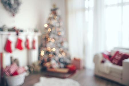 camino natale: Bella holdiay sala decorata con l'albero di Natale, fuori fuoco girato per sfondo foto Archivio Fotografico