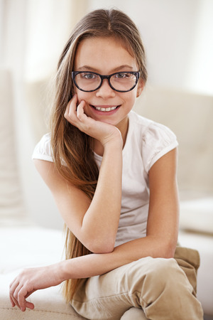 niños malos: Retrato de 8 años de la muchacha de la escuela el uso de gafas mirando a la cámara Foto de archivo
