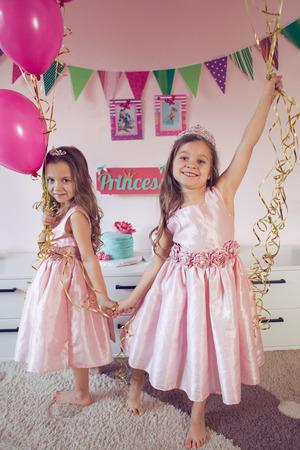 niñas gemelas: Celebrando la fiesta de cumpleaños de la princesa de dos hermanas de 6 años