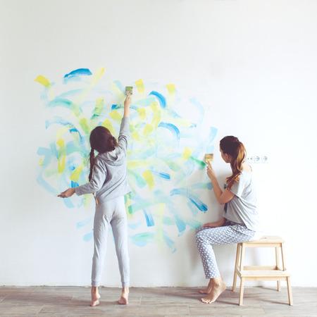 ni�os ayudando: Ni�a de 8 a�os que pinta la pared en casa, tonificaci�n estilo Instagram