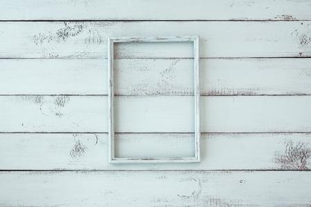 ミントみすぼらしいシックな背景に写真を木製フレーム