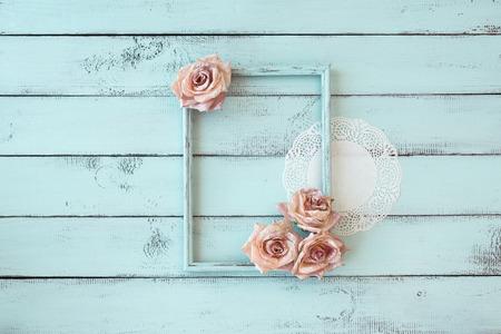 Houten fotolijst met kant en bloemen op mint shabby chic achtergrond Stockfoto