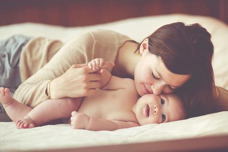 familias jovenes: Retrato de una madre con sus 4 meses de edad bebé Foto de archivo