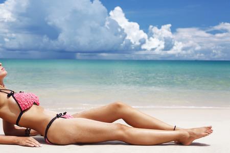 cuerpo femenino perfecto: Hermosas piernas de la mujer en la playa