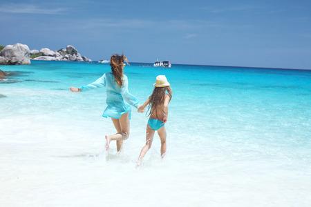 playa vacaciones: Madre con su hija de 8 a�os en una playa tropical durante las vacaciones de verano