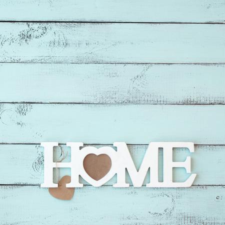 Geschilderde houten wand ingericht met shabby chic houten letters Startpagina Stockfoto