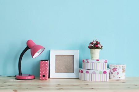 chambre � coucher: D�tail Int�rieur. Accueil plateau avec un d�cor shabby chic sur elle au cours mur bleu Banque d'images