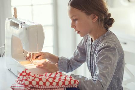 재봉틀과 9 살 아이 공부 작업