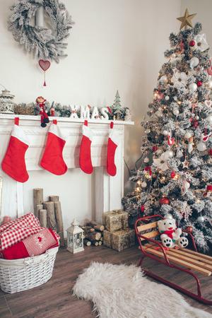 Bella holdiay sala decorata con albero di Natale con regali sotto Archivio Fotografico