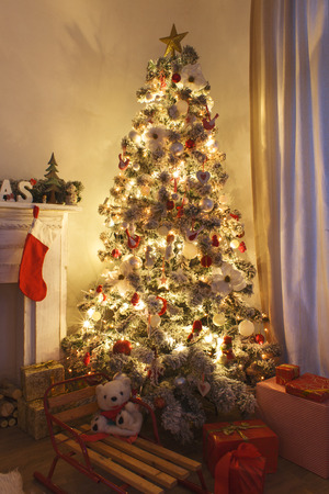 christmas tree presents: Beautiful holdiay decorated room with Christmas tree with presents under it