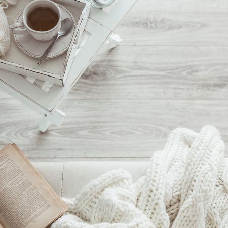 아직도 생활 세부 사항, 거실, 상위 뷰 포인트에서 커피 테이블에 레트로 빈티지 나무 쟁반에 차 한잔. 소파에 책 게으른 겨울 주말. 스톡 콘텐츠