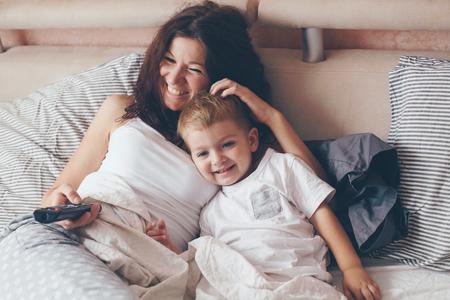 Мамаша с сыном в постели смотреть онлайн фотоография
