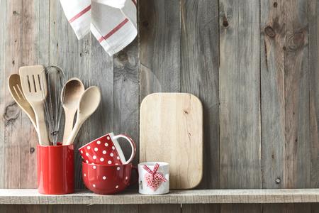 ceramica: Cocina utensilios de cocina en una olla de cerámica de almacenamiento en un estante en una pared de madera rústica, el espacio para el texto Foto de archivo