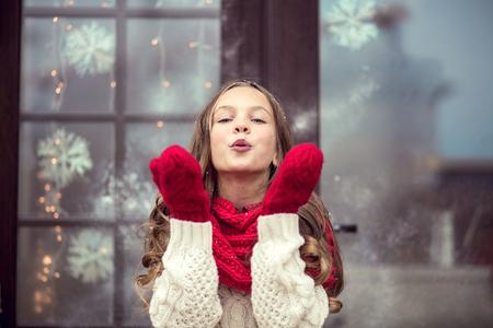 Kind meisje wachten op Cristmas dag
