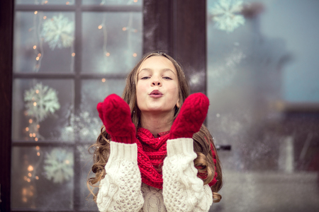 La muchacha del niño en espera de días Cristmas Foto de archivo - 46456619