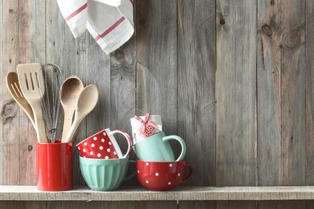 テキストのためのスペースの素朴な木製の壁の棚にセラミック ストレージ鍋に調理器具を調理する台所 写真素材