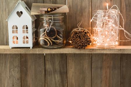 스위트 홈. 빈티지 천연 나무 배경에 화이트 크리스마스 장식. 계 피 스틱, 말린 감귤. 카페 선반. 사용자 정의 텍스트를위한 공간입니다.