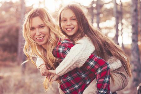 mama e hija: Mamá y sus 9 años el gasto hija de fin de semana en el bosque de otoño juntos. Madre y niño relaciones. Foto de archivo