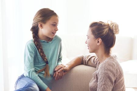 Mamma con la sua pre abbracci figlia adolescente, sentimenti positivi, buoni rapporti.