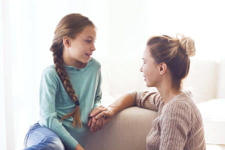 Mom với trước ôm con gái tuổi teen của mình, cảm xúc tích cực, quan hệ tốt.