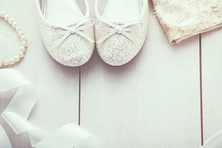 perlas: Fondo de la Navidad: Zapatos purpurina plata y vestido de oro, decoraci�n de vacaciones, vista superior