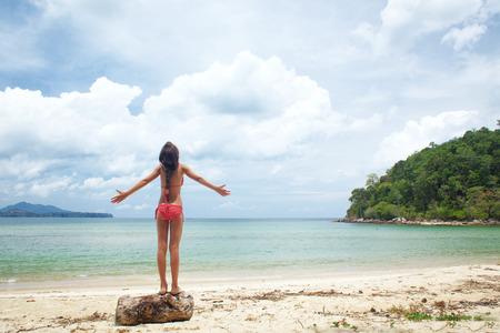 traje de bano: Niño que juega en una playa tropical durante las vacaciones de verano