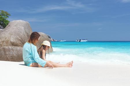 playa vacaciones: Madre con sus 8 a�os de edad hija de descanso en una playa tropical durante las vacaciones de verano Foto de archivo