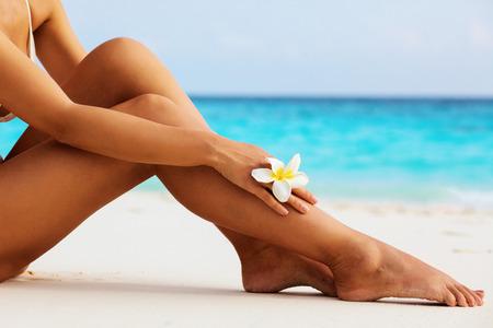 Женские красивые сексуальные ноги на пляже