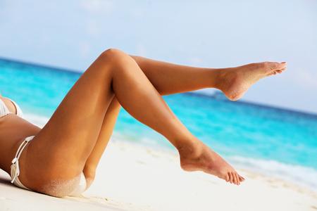 해변에서 여성의 아름다운 섹시한 다리